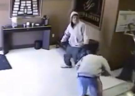 El dueño de una tienda deja K.O. con un bate a uno de los ladrones que entraron a robar