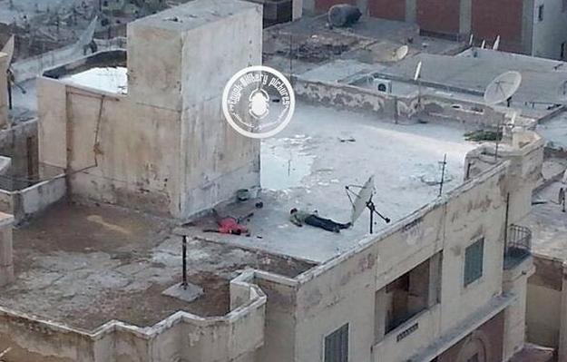 Seguidores de Morsi lanzan al vacío a unos hombres en la azotea de un edificio