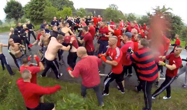 Hooligans dándose de ostias