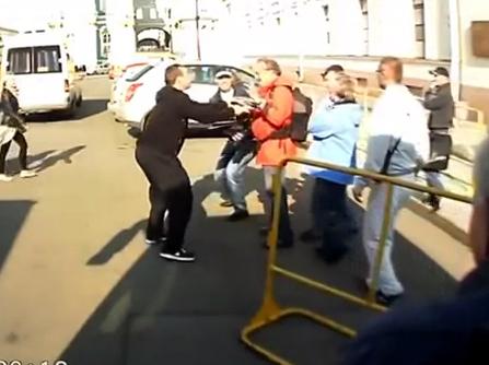 Unos ladrones roban un teleobjetivo a un fotógrafo en San Petersburgo