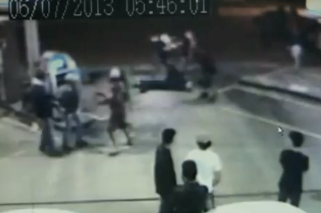 Pelea entre luchadores de MMA y un grupo de pandilleros en una gasolinera