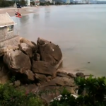 Monos se divierten saltando al mar desde un roca en Khao Takiab, Tailandia