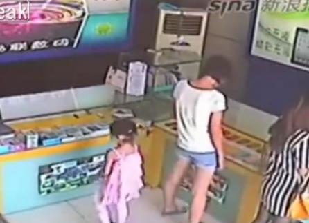 Una niña roba un iPad en una tienda