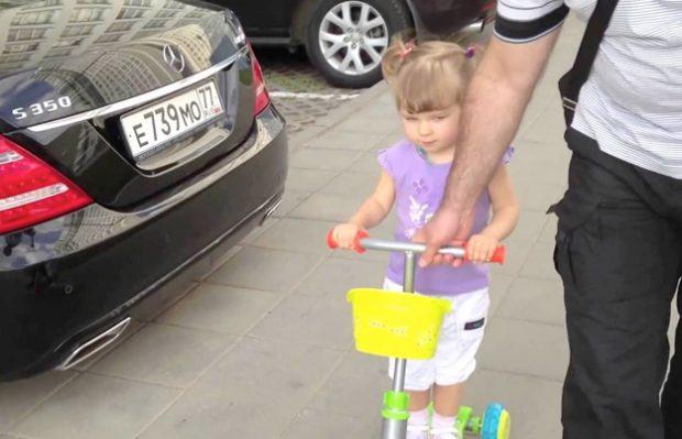 La niña rusa que se sabe todas las marcas de coches