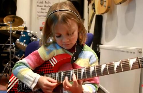 Todos los padres rockeros desearían tener una hija así