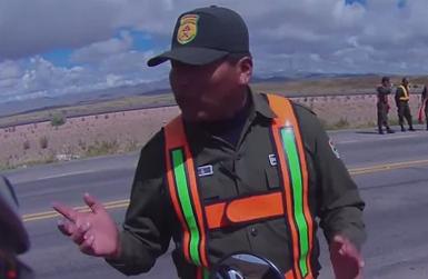 Unos policías bolivianos intentan aprovecharse de dos motoristas argentinos