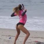 Anastasia Ashley calentando antes de surfear