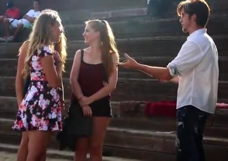 Les pregunta a las chicas si les parece romántico un beso bajo la lluvia