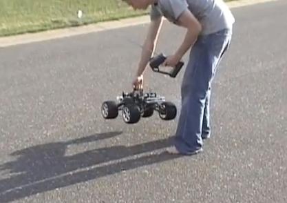 Un coche RC choca contra su pie a toda velocidad