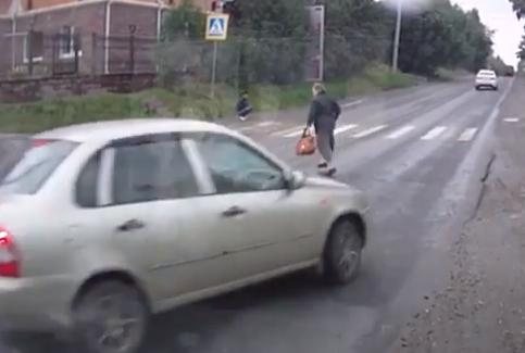 Empotra el coche al evitar atropellar a una mujer que cruzó por el medio de la carretera