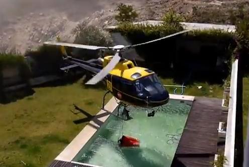 Helicóptero antiincendio coge el agua de una piscina
