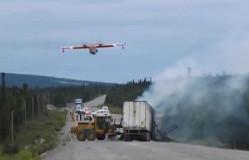 Un hidroavión apaga un incendio en la carretera