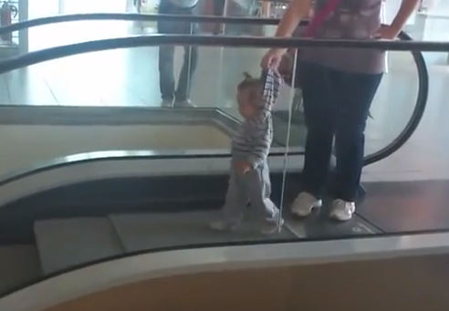 Madre rusa dando un paseo con su bebé