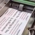 Una máquina que hace y lanza aviones de papel