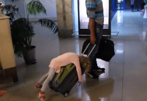 Niña rusa sufre los efectos del 'jet lag' en un aeropuerto