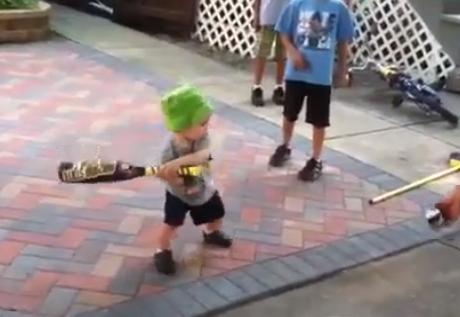 Casi no sabe ni andar y mira como maneja el bate...