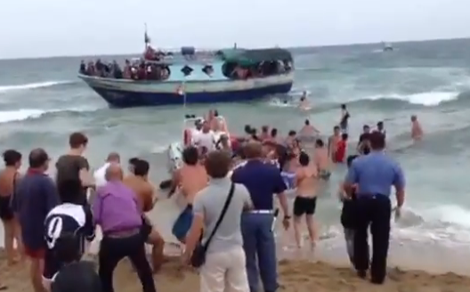 Una playa italiana forma una cadena humana para rescatar a una patera