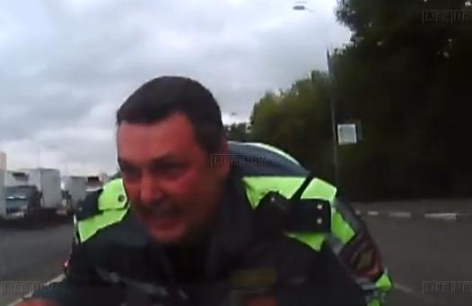 Escapa de un control policial con un policía en el capó de su coche
