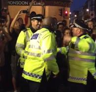 Policías improvisan un baile durante el carnaval de Notting Hill en Londres