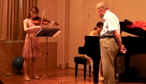 Hombre de más de 90 años cantando el 'Nessun Dorma', a lo Pavarotti