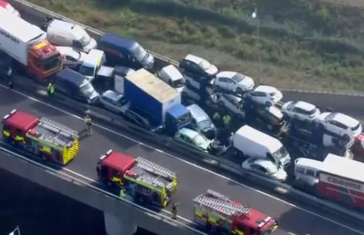Escalofriantes imágenes desde el aire después de un accidente múltiple en un puente (vídeo)