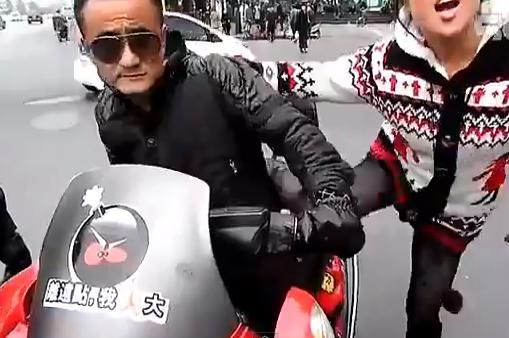 Un chino saca un cuchillo de carnicero al ser multado por un policía