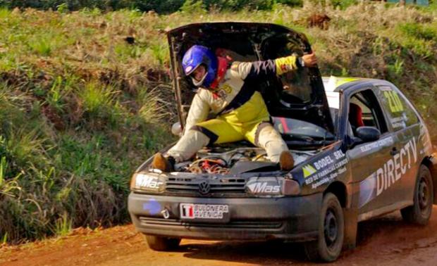 Copiloto de rally se sienta sobre el motor y acelera con la mano a 100 km/h (vídeo)