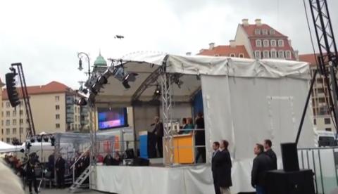 Un drone aterriza en escenario donde se encontraba Angela Merkel