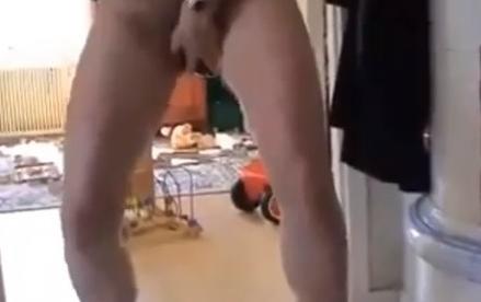 Mujer dando a luz de pie en el salón de su casa