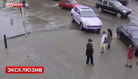 Una mujer pierde el control de su Porsche Cayenne y atropella a tres peatones (Abstenerse sensibles)