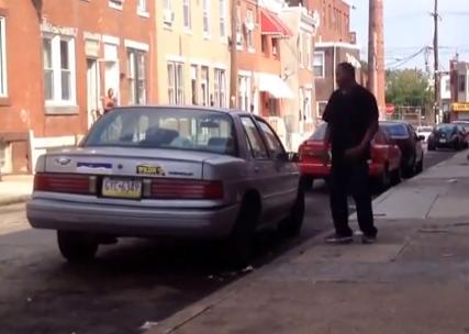 Este hombre pierde la pelea contra un coche vacío