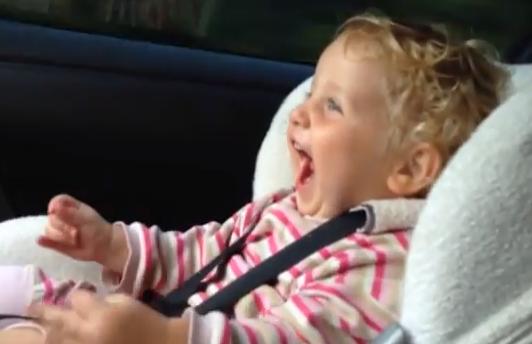 Reacción de una niña cuando su padre acelera con un Nissan GT-R de 550 CV