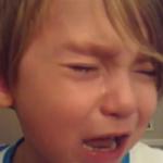 Un niño de cuatro años rompe a llorar cuando su padre actualiza el iPad a iOS7
