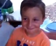 Reacción real de un niño al regalarle un palo