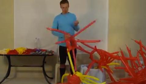 Traje de Iron Man hecho con 364 globos