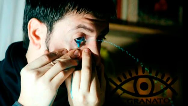 Un artista argentino pinta sus cuadros lanzando pintura por los ojos