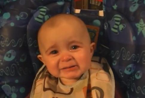 Increíble reacción de un bebé al escuchar cantar a su madre