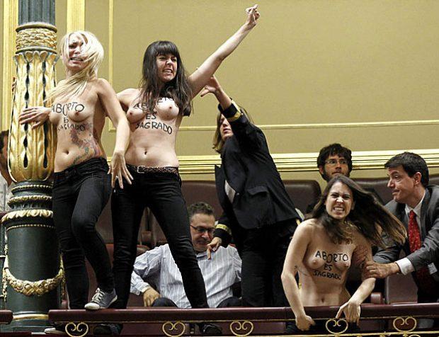 Activistas de Femen irrumpen en el Congreso al grito de 'aborto es sagrado'