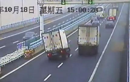 Un camionero pierde el control en una autopista muy transitada de China