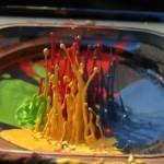 Hipnótico: Pintura en un altavoz en cámara superlenta