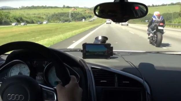 Carrera entre un Audi R8 y dos motos en una autopista de Brasil