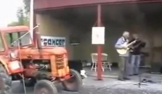 Si quieres montar un grupo musical pero no encuentras un batería bueno, cómprate un tractor