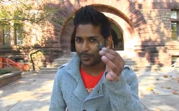 Ojo a las reacciones: El mago Rahat hace creer a varios estudiantes que tienen una araña en la mano