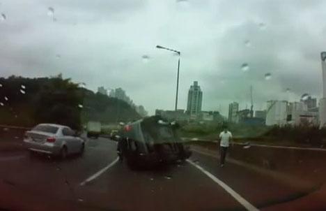 Un camionero le cierra el paso a un coche para evitar otro accidente