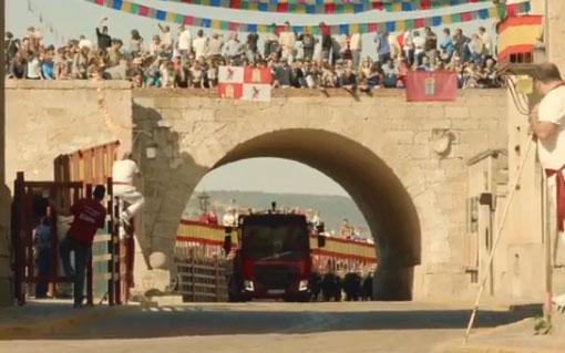 Un camión pintado de rojo corriendo delante de los toros en Ciudad Rodrigo, Salamanca