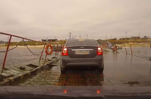 Camionero decide trollear a los coches que están cruzando un puente flotante