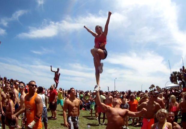 Cheerleaders haciendo volteretas que lo flipas con sus amigos cachitas