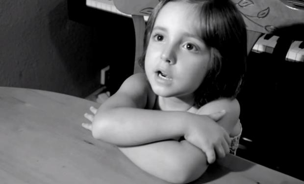 ''¿Bailamos?'': Un padre recibiendo un consejo de su hija para disfrutar más de la vida
