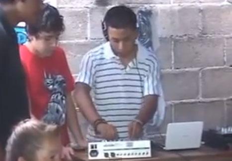 El DJ que pincha sin tener ni un sólo cable conectado al equipo