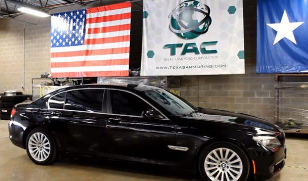 Una empresa de blindaje de vehículos aprovecha el vídeo del Range Rover y los motoristas